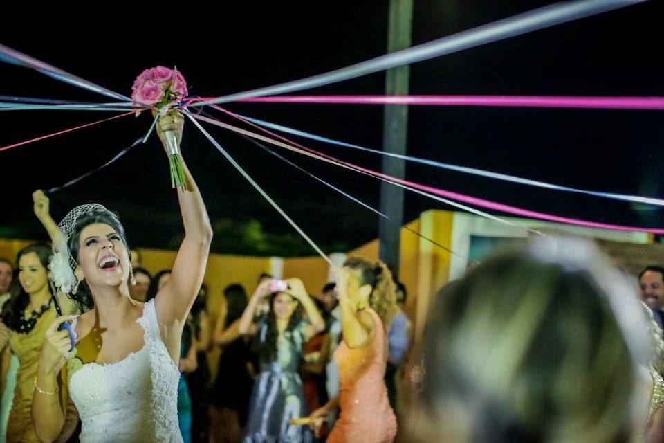 casamento-lindo-singelo-luzinhas-festa-noiva-bouquet-fitas-solteiras