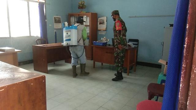 Dalam Rangka Peneymprotan Disinfektan Dilakukan Personel Koramil 01/Siantar Utara Jajaran Kodim 0207/Simalungun