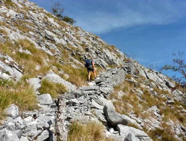 tratto del sentiero 142 con scalette in pietra