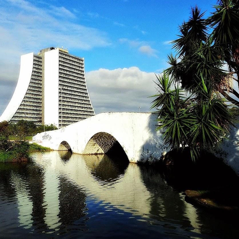 Ponte de Pedra e Centro Administrativo, em Porto Alegre.