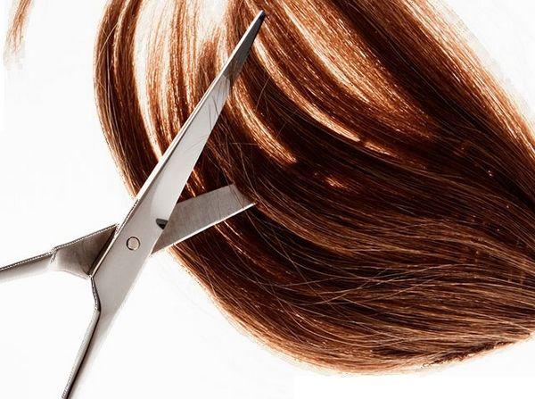 Favoriser la pousse des cheveux en les coupant ?