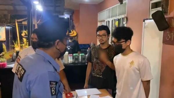 Satpol PP Sosialisasi PPKM, Anak Anggota DPRD Pemilik Kafe Acung Jari Tengah
