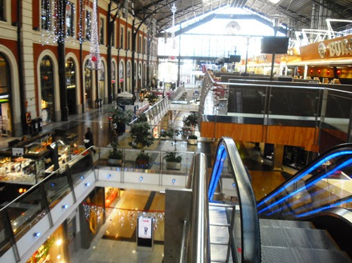 Bajo la antigua marquesina se ubicaa un lujoso centro comercial y de ocio en tres plantas abiertas y diáfanas.