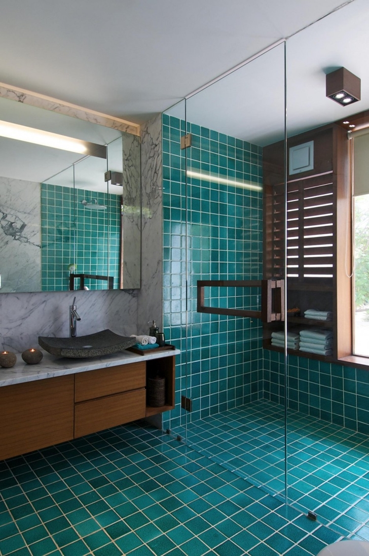 Green bathroom in Courtyard Home by Hiren Patel Architects