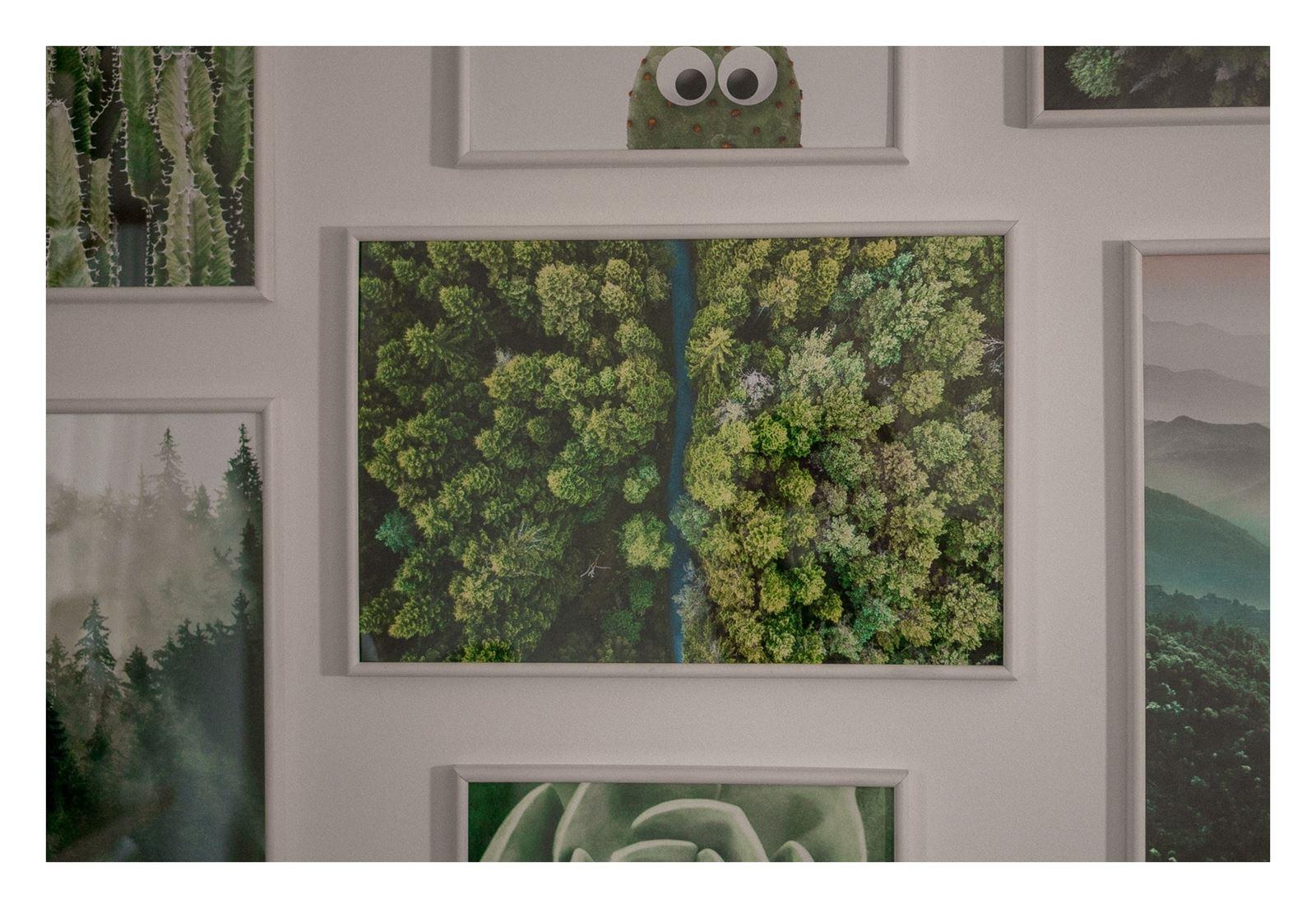 16 jak urządzić biuro w domu - dekoracje do biura, zielona ściana w mieszkaniu, jak zaprojektować galerię plakatów, plakaty krajobrazy rośliny na ścianę jak zawiesić obraz na ścianie ozdoby do biura