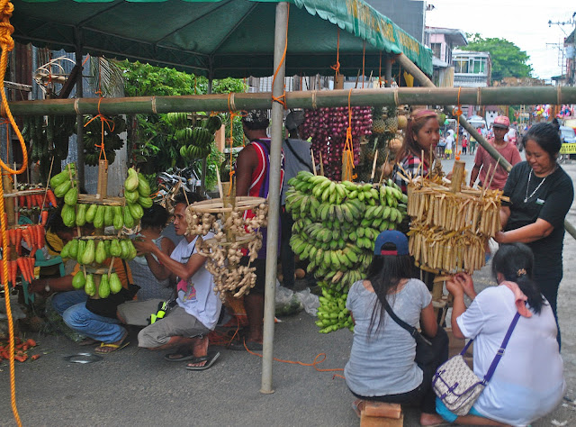 preparation of the arañas is a combined effort of families and neighbors belonging to the same barangay