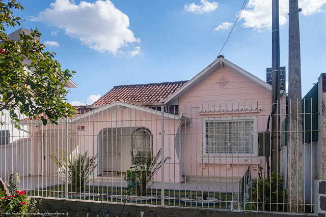 Casa decorada com ornamento de ferro na Rua Barão dos Campos Gerais