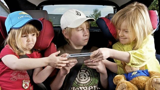 1 niño y 2 niñás peleando por el mismo videojuego.