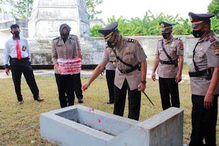 Peringati Hari Bhayangkara Ke 75, Kapolres Sinjai Ziarah Ke Makam Pahlawan Mangottong