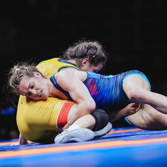 Giullia Penalber em luta contra a francesa Rivieri no Pré-Olímpico Mundial de Wrestling