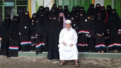 Foto Tengku Zulkarnain Bersama Sinukat Nakenku dan murid murid Tahfizh Mastura di Ma'had Rafiuddin, Medan menjelang Liburan Akhir Tahun.