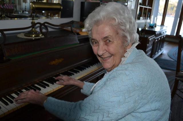 Η δασκάλα πιάνου 103 ετών από το γηροκομείο Πειραιά που έσπασε το internet