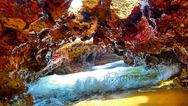 Passagem embaixo dos corais, na Praia do Coqueirinho, em Conde, Paraíba.