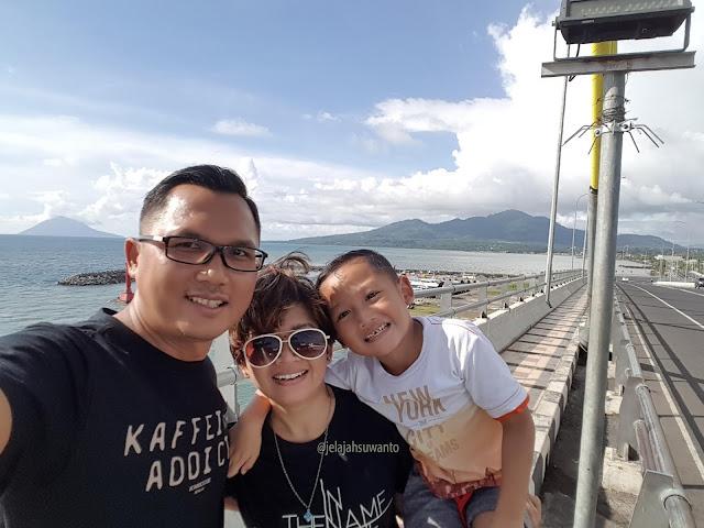 Pulau Manado Tua yang berbentuk gunung dar Jembatan Soekarno Manado || JelajahSuwanto