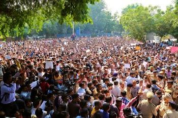 """10 घंटे से police headquarters पर पुलिसवालों का प्रदर्शन !!! Forced to put """"Dharna"""" over """"Duty"""" !"""