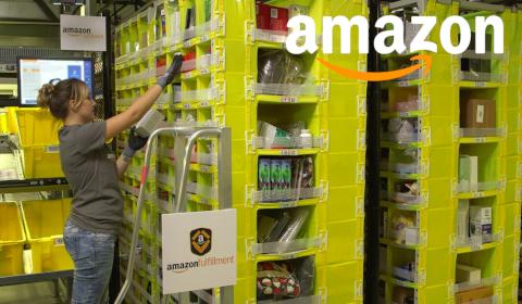 Une employée dans un entrepôt Amazon
