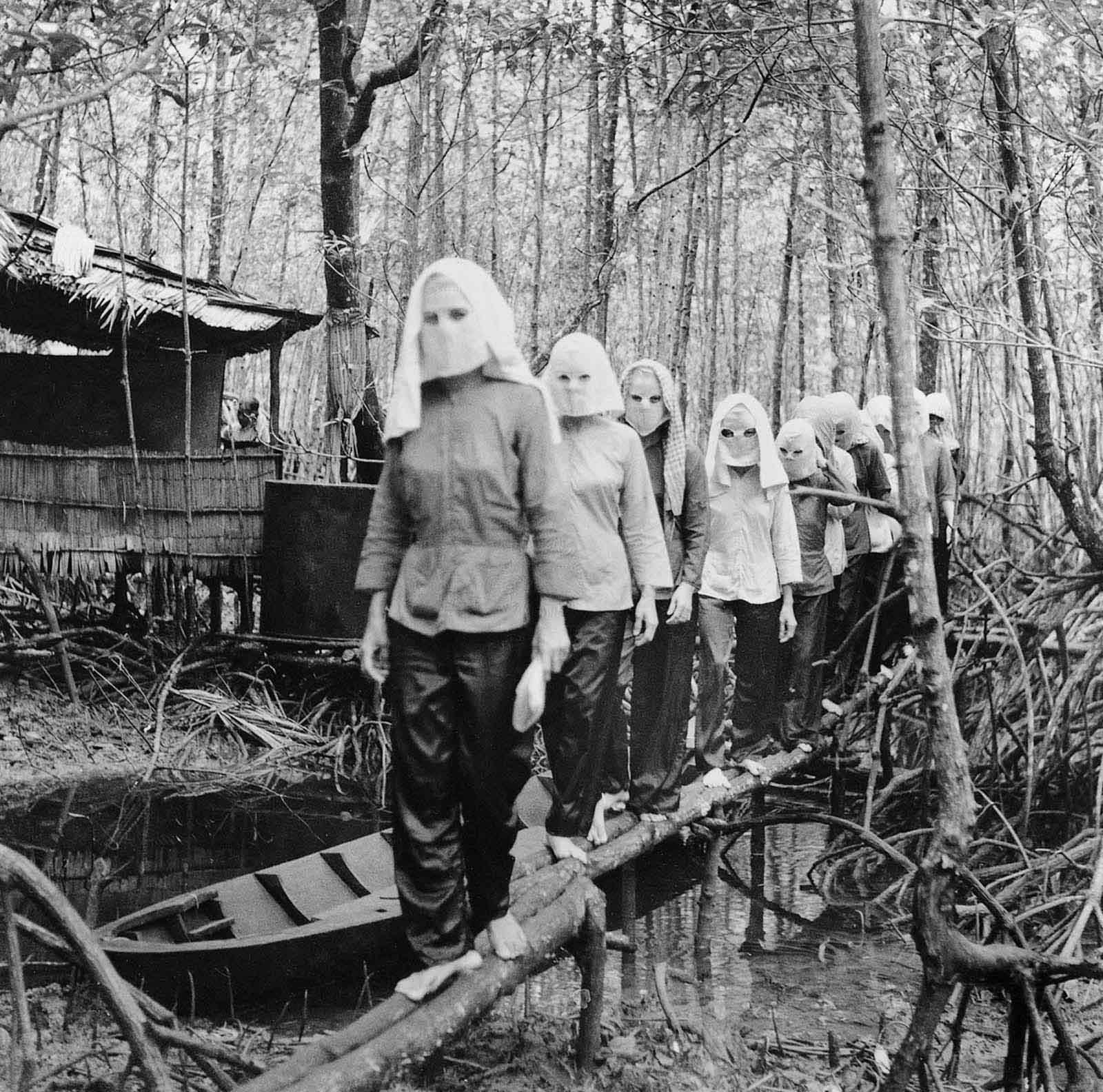 Активисты встречаются в лесу Намкан в масках, чтобы скрыть друг от друга свои личности в случае захвата и допроса  (Фото Во Ань Кханя).