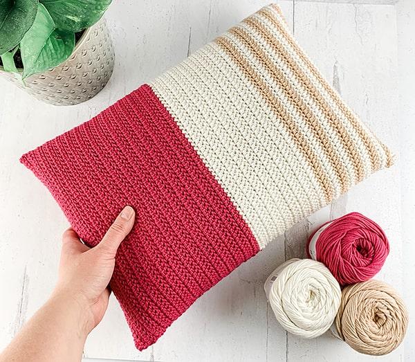 Travesseiro com padrão de meia dupla crochê em espinha de peixe grátis