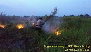 Kapolres Muaro Jambi Beserta Anggota dan Masyarakat Terjun Langsung Padamkan Titik Api Di Kecamatan Kumpeh Ilir