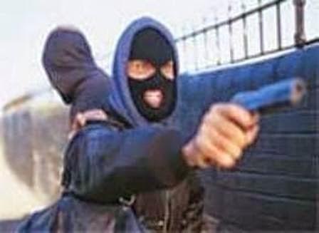Resultado de imagem para bandidos armados em uma moto