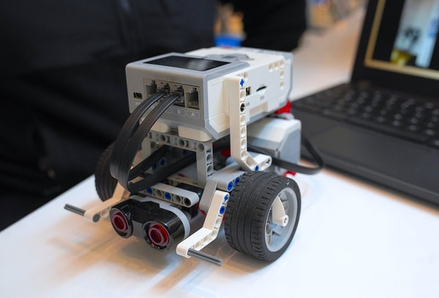 Education Robots - A robot in the science class