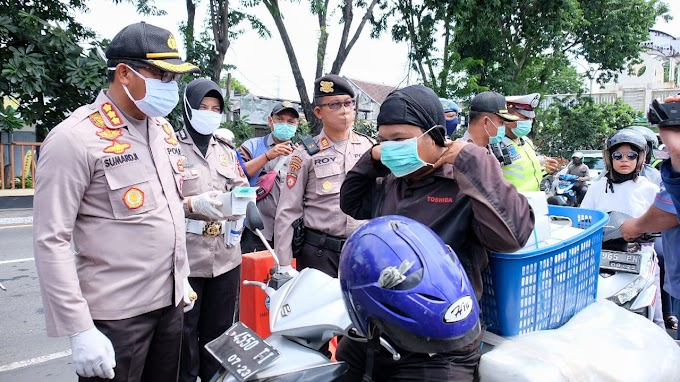 Polresta Sidoarjo Lakukan Penertiban dan Bagikan Masker ke Pengendara yang Masuk ke Sidoarjo