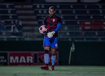 Goleiro Leonardo comemora vitória no clássico em seu primeiro jogo como atleta do Atlético Goianiense