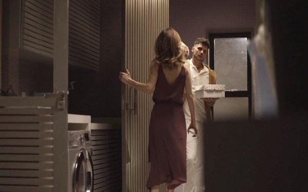 Lyris recebe o entregador em seu apartamento (Imagem: Reprodução/TV Globo)