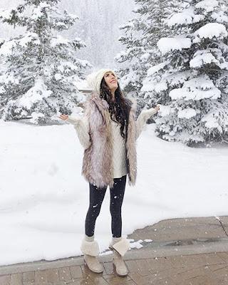 pose mirando la nieve