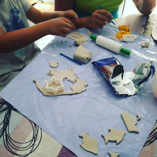 Haciendo figuras con arcilla blanca Monerías