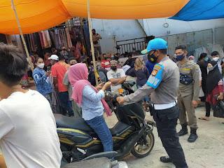 Kapolsek Anggeraja Polres Enrekang Pimpin Anggota Melaksanakan Patroli Protokol Kesehatan Di Pasar Cakke
