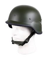 Bir erkek model kafasındaki çene altından bağlanmış haki renkli askeri miğfer