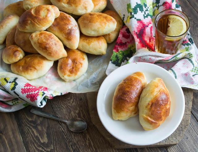 Cá hồi và trứng cá là món ăn khá quen thuộc trong cuộc sống của người Nga nhưng hầu hết chỉ để dùng tiếp khách quý. Các loại bánh mà bạn có thể dễ dàng bắt gặp ở mọi nơi khi đi du lịch chính là bánh cuốn Leningrad, bánh Pirozhki, bánh hạnh phúc Pelmini và bánh Blini. Người Nga đã rất khéo léo khi kết hợp các nguyên liệu từ lúa mạch, kiều mạch, trứng và sử dụng nhiều rau vào trong các bữa ăn của mình.