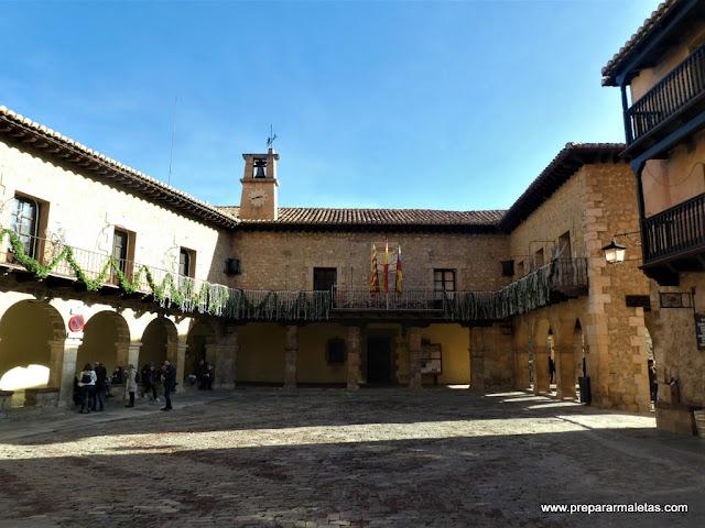 la plaza mayor y el ayuntamiento de Albarracín