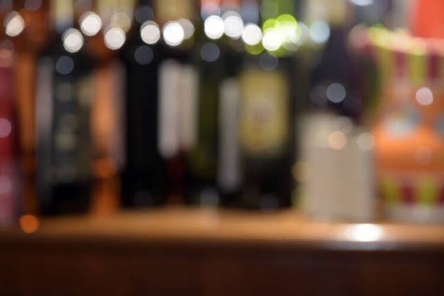 Mulher abandona bebê de 28 dias no bar e é encontrada bebendo em outro bar