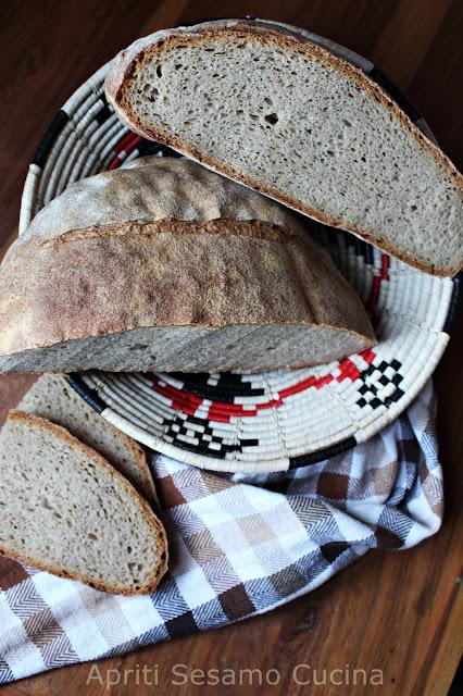 Pane con farina di segale integrale e lievito madre, conservato secondo il metodo tradizionale greco.