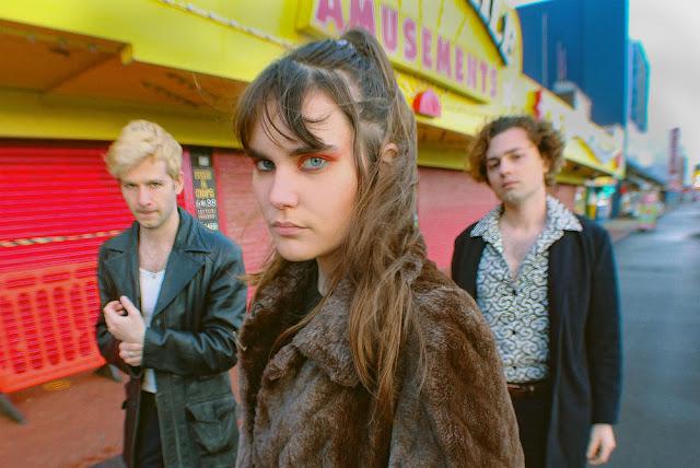 "Le trio alternatif Calva Louise présente aujourd'hui le clip de leur nouveau single, intitulé ""Euphoric"""