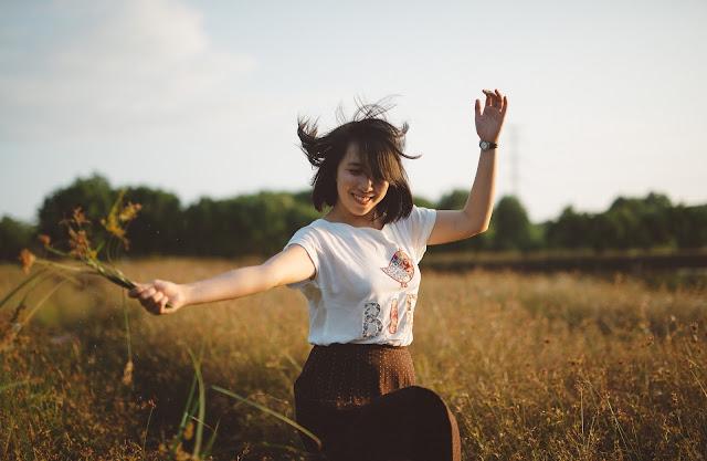 https://pixabay.com/pt/menina-sorriso-sorrindo-feliz-690717/