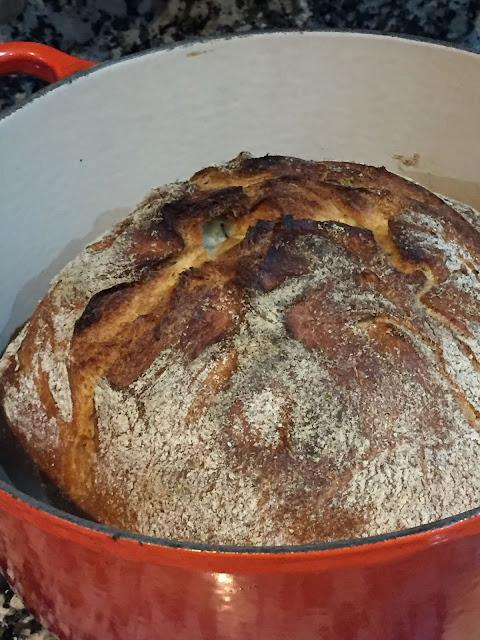 Pan de masa vieja en cazuela de hierro