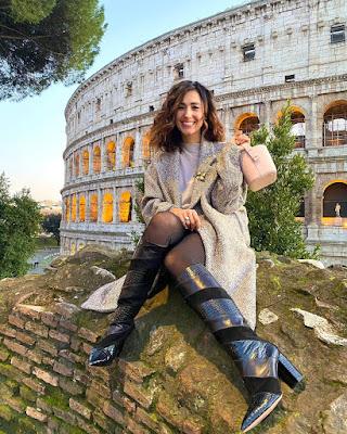 Caterina Balivo calze velate stivali alti Colosseo foto oggi 20 gennaio