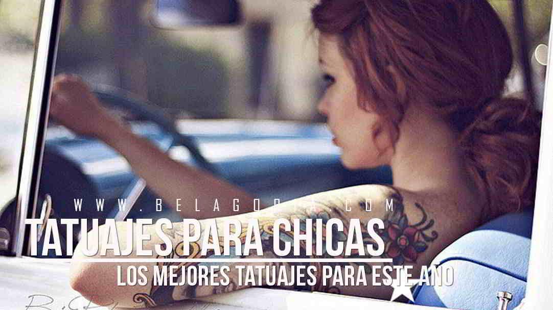Chica manejando, lleva tatuajes en el brazo muy femeninos