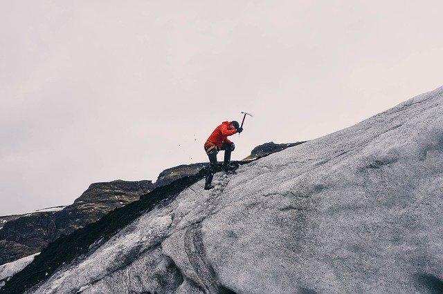 seorang pria mendaki gunung es