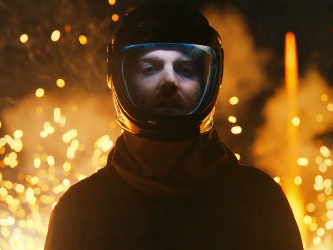 Nick Murphy (ex-Chet Faker) se arrisca entre fogos de artifícios no clipe de 'Dangerous'