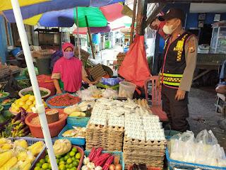 Turun ke Pasar, Bhabinkamtibmas Polsek Enrekang Ajak Warganya Patuhi Protokol Kesehatan