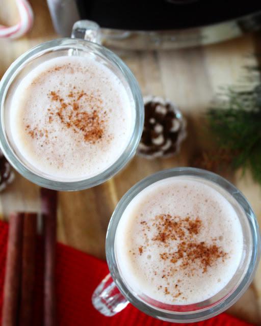 Eggnog en licuadora - bebidas de invierno