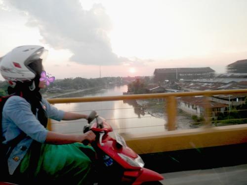 ibu pengendara sepeda motor