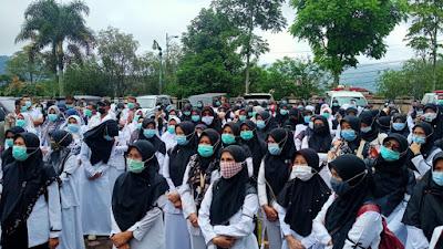 Merasa Dianaktirikan, Ratusan Tenaga Kesehatan  Sampaikan Aspirasi Ke DPRD Kabupaten Solok