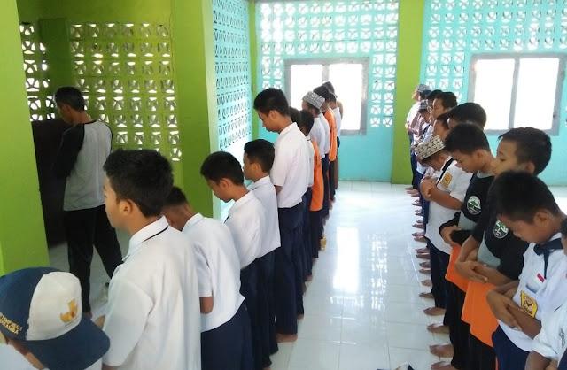 SMP Negeri 1 Masamba Budayakan Shalat Berjamaah di Sekolah