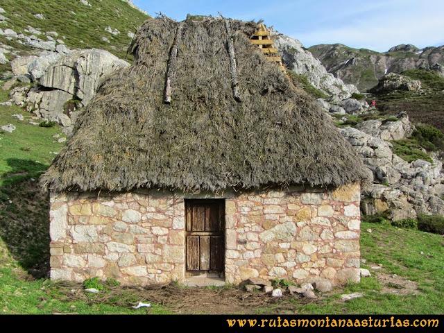 Ruta Farrapona, Albos, Calabazosa: En el Lago La Cueva, el típico teito