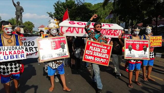 Usung Peti Mati di Jalanan Kota Solo, Punakawan Ajak Warga Sukseskan Pilkada